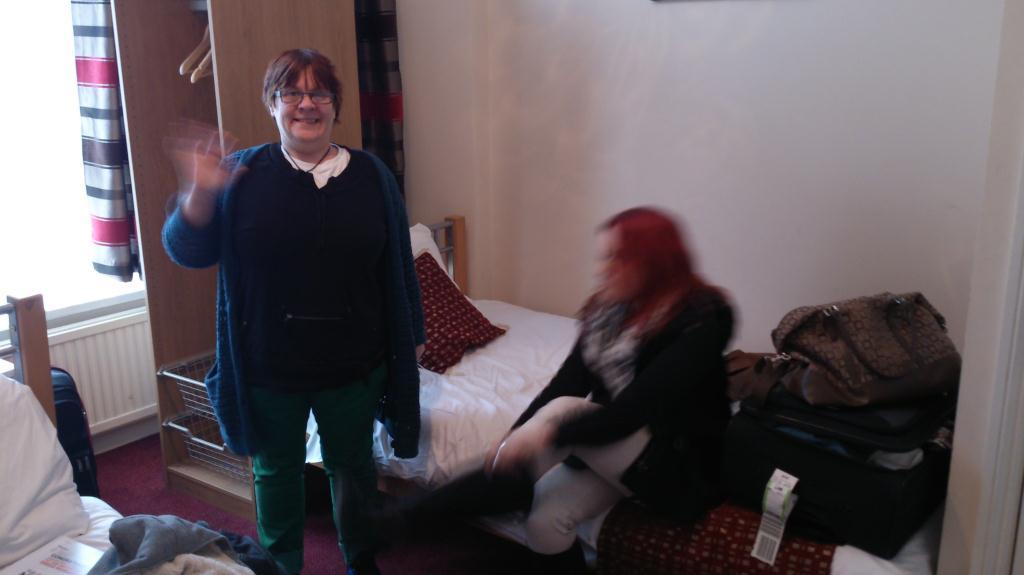 Anne Catrine och Frida på rum 50, Saba Hotel London
