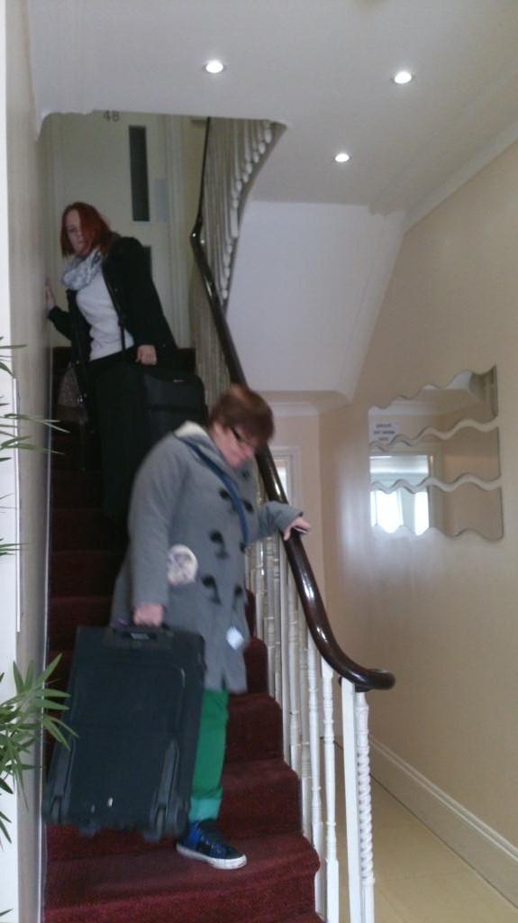 AC och Frida släpar väskor - Hotel Saba London