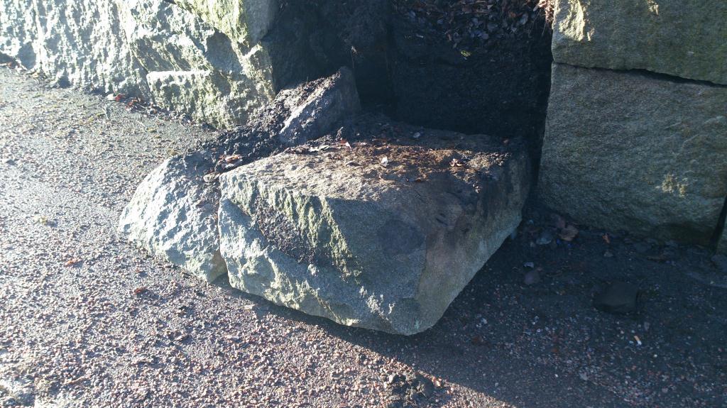 Trasig stenmur på Brynäs