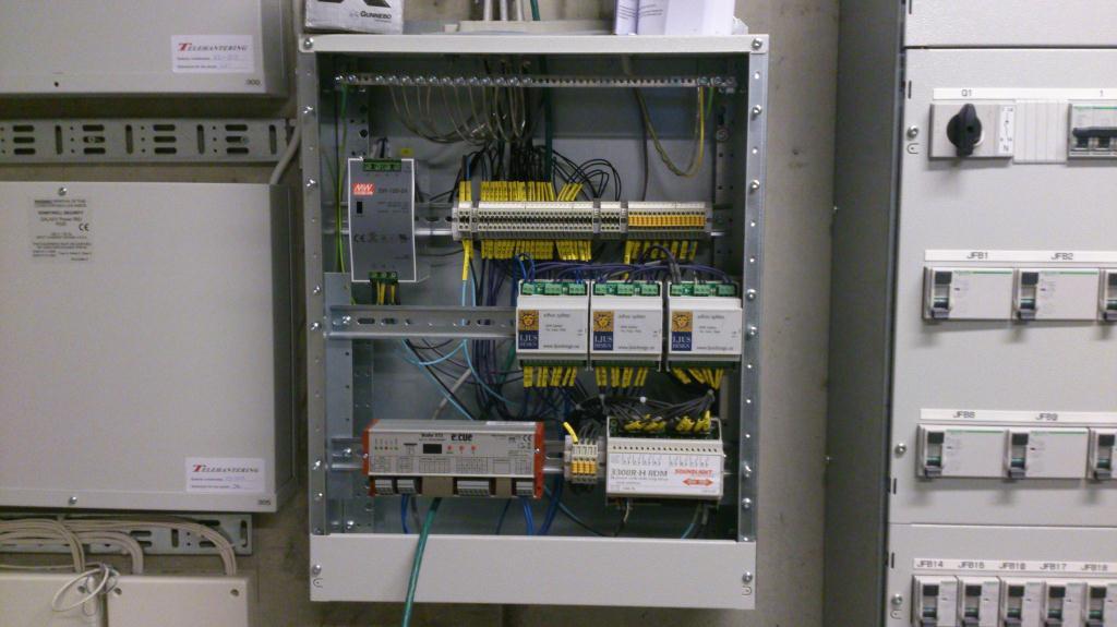 Installationsarbete med DMX distribution på gång