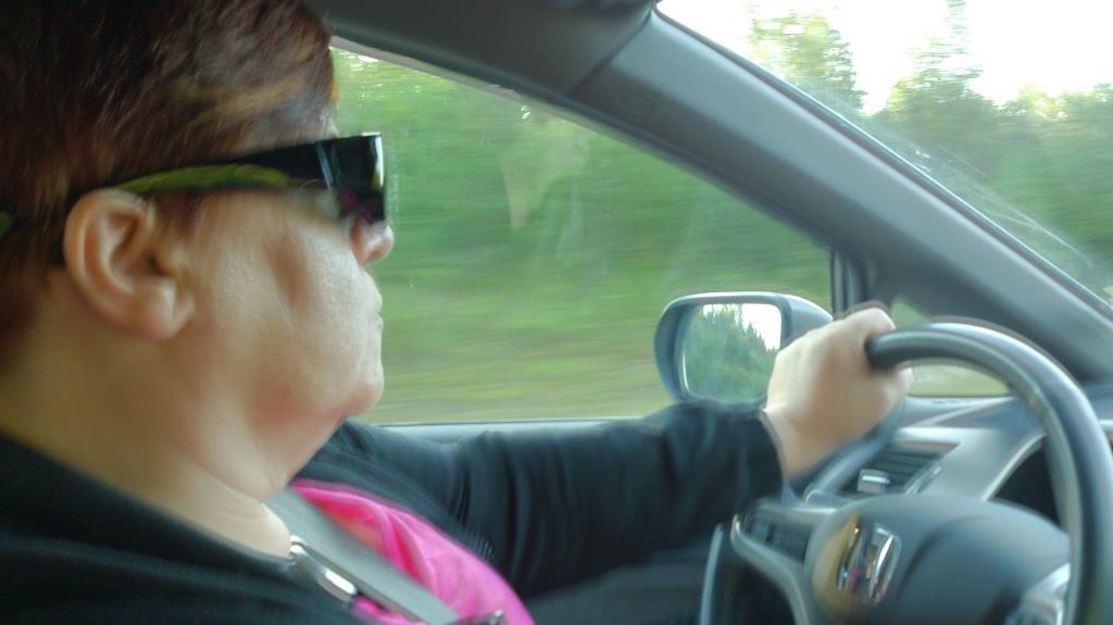 Söta hustrun kör bilen till Arlanda