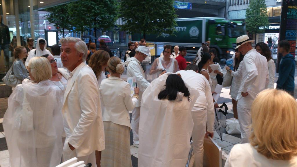 Diner en Blanc Stockholm 2013 – Uppsamling vid Gallerian