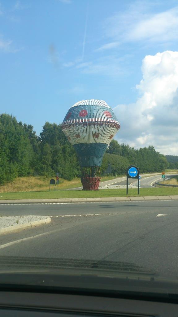 Calle Örnemarks luftballong vid infarten till Gränna