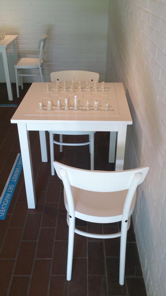 YYoko Ono - Schackspel med enbart vita pjäser
