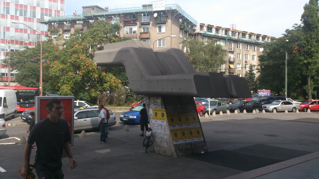 Konstverk utanför Bratislava's busstation för långfärdsbussar