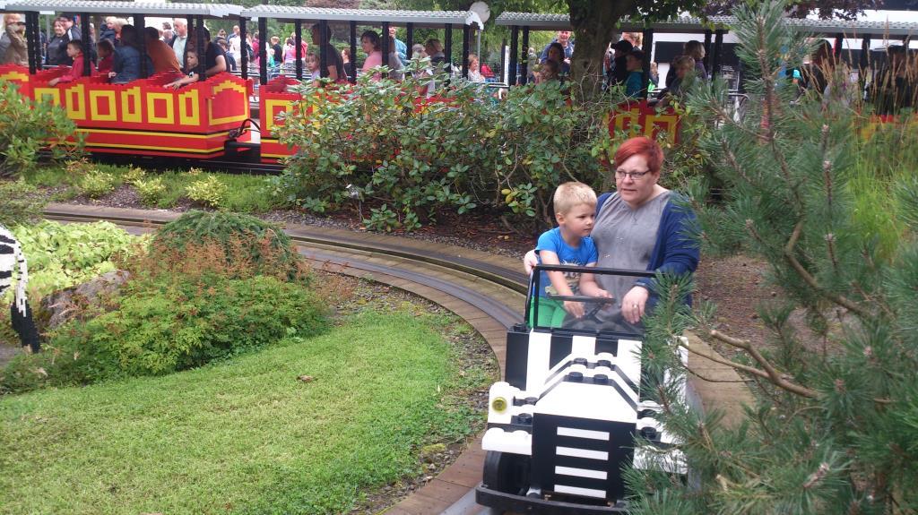 Charlie och AC åker Safaritåget, Legoland
