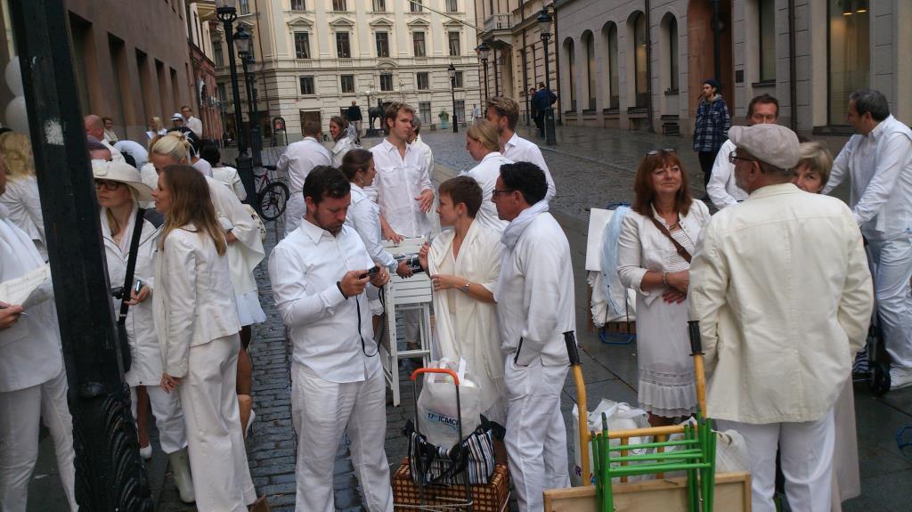 Vitklädda förväntansfulla gäster - Diner en Blanc
