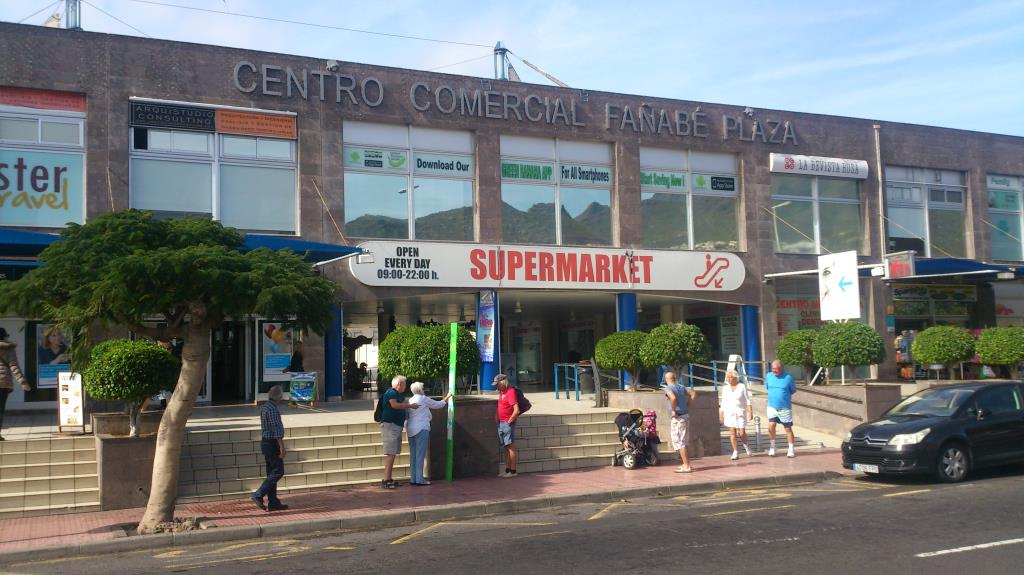 """Busshållplatsen vid """"Centro Comercial Fañabé Plaza"""